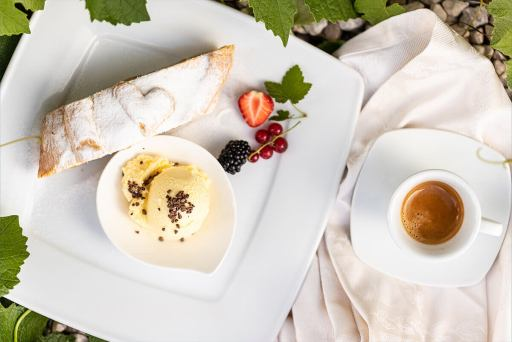 Küche – Strudel mit Vanilleeis und Kaffee