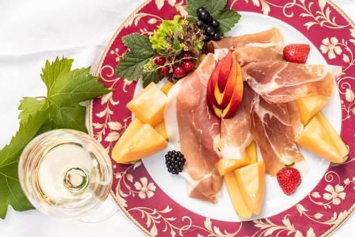 Küche – Melone mit Rohschinken und Südtiroler Weißwein