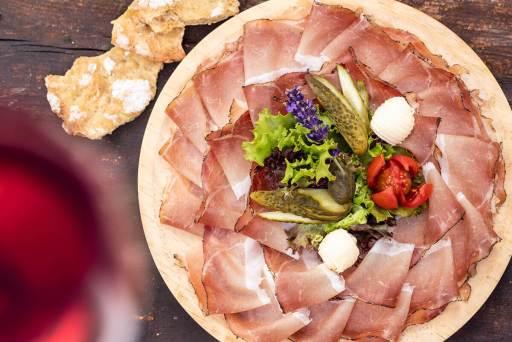 Küche – Speckplatte mit Südtiroler Schüttelbrot