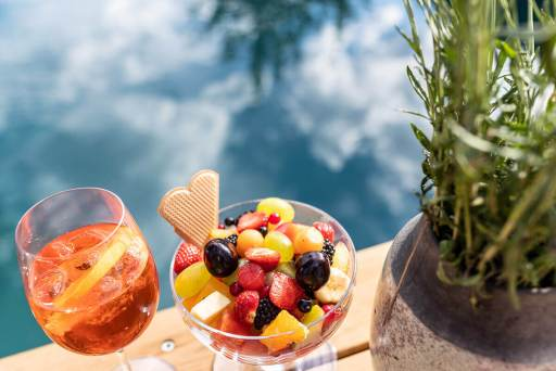 Küche – Früchtebecher mit Veneziano am Pool