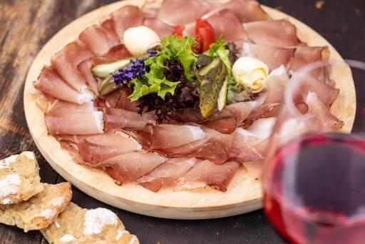 Küche – Speckplatte mit Südtiroler Rotwein