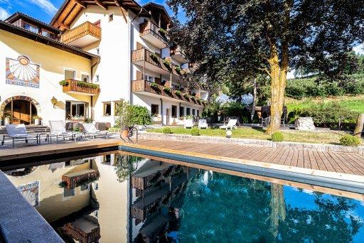 beheiztes Bioschwimmbad mit Blick auf das Hotel